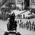 Procession of Australian troops passing Australia House, London, on the first Anzac Day after the Armistice, 25 April 1919. Five thousand troops representing all arms of the Australian Imperial Force marched and aeroplanes flown by officers of the Australian Flying Corps performed an aerial display over London. PN-000284